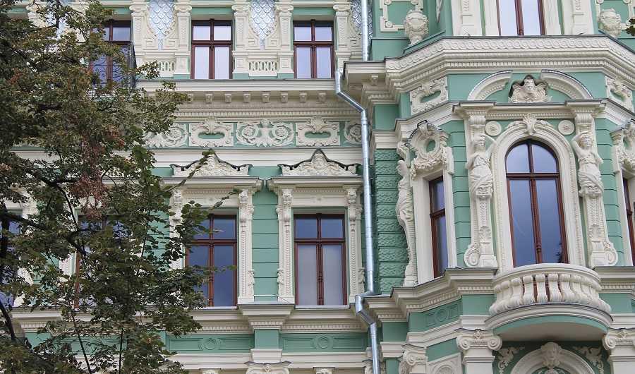 Арочные деревянные окна сгорбыльками и ставнями